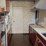 備え付け食器棚付きのキッチン